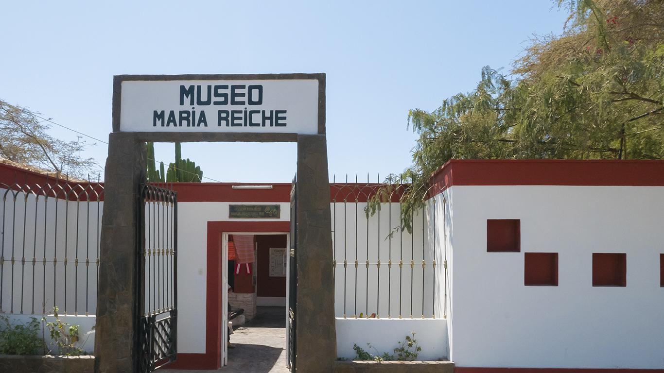 """Seu esforço de convencimento, junto ao Governo Peruano, para a preservação do local, fez com que, em 1970, o Instituto Nacional da Cultura peruano declarasse o deserto de Nazca uma área de proteção ambiental. Em 1974, criou o primeiro mapa sobre as figuras. Graças a ela, em um trabalho em parceria com as Forças Aéreas peruanas, sabemos que as figuras representam 18 diferentes tipos de animais e aves, além de centenas de figuras e formas geométricas. Seu trabalho levou a Unesco a conceder o status de Patrimônio Cultural da Humanidade às linhas, em 1994. Teorias Segundo as teorias de Maria Reiche, muitas das chamadas Linhas de Nazca guardavam relação com os ciclos e as mudanças climáticas numa espécie de calendário astronômico que mapeava os ciclos de chuvas, sol, os solstícios e equinócios e servia para o planejamento do cultivo de alimentos. Por exemplo, ao estudar a figura da parihuana, ou flamingo (que ocupa uma superfície de 300 metros), Reiche notou que """"se pararmos na sua cabeça nas manhãs de 20 a 23 de junho e acompanharmos com o olhar na direção do bico, poderemos observar claramente a saída do sol, exatamente em um ponto de um morro localizado nessa direção"""" Uma das primeiras e mais famosas figuras que estudou é a de um macaco com uma cauda em espiral (foto acima). Segundo Reiche, essa figura representava a união da constelação que conhecemos como Ursa Maior e outras estrelas próximas a ela. Já as figuras do golfinho e da aranha tinham relação com Orion."""